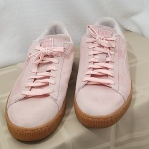 Ladies light pink Suede Puma shoes sz 10.5